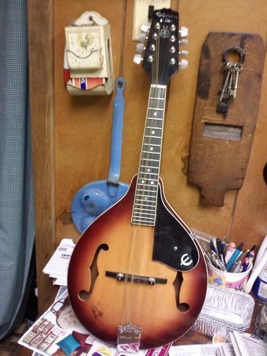 G jolloin se on samassa vireessä kuin mandoliini.