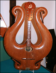 Click to enlarge - Gibson Lyre Mandolin - photo by Bill Graham